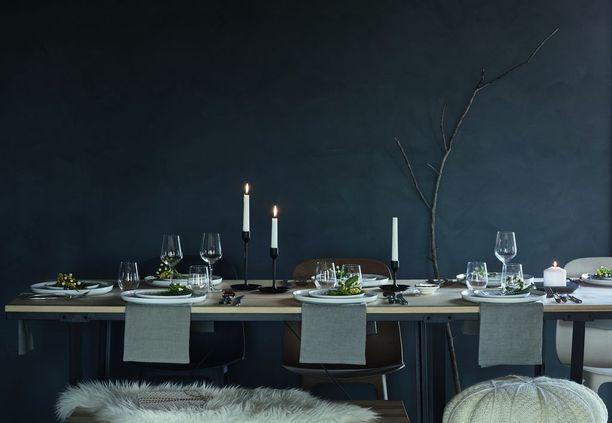 Juhlapöytään katetan nyt valkoiset kynttilät ja luonnonmateriaaleja.