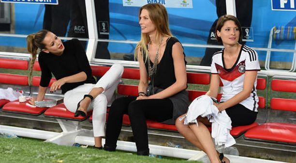 Mesut Özilin tyttöystävä Mandy Capristo, Bastian Schweinsteigerin tyttöystävä Sarah Brandner sekä Manuel Neuerin tyttöystävä Kathrin Gilch fiilistelivät MM-kultaa vaihtopenkillä.