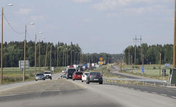 Valtatie 8:n liikenne oli keskiviikkona jumissa Tuorsniemen risteykseen asti. Autoilijoille matka Raumalta Poriin kesti normaalia pidempään, sillä Sonnimäen onnettomuuden lisäksi liikenne oli poikki suuren maastopalon vuoksi Eurajoella Olkiluodon risteyksen lähellä.