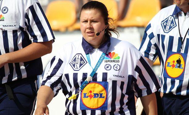 Suvi Kaukovalta toimii pelituomarina torstaina Sotkamossa miesten Superpesiksen välieräottelussa Sotkamo-Joensuu.
