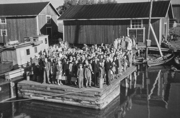 Matkustajia odottamassa sisävesilaivaa Vesilahdessa elokuussa 1946.