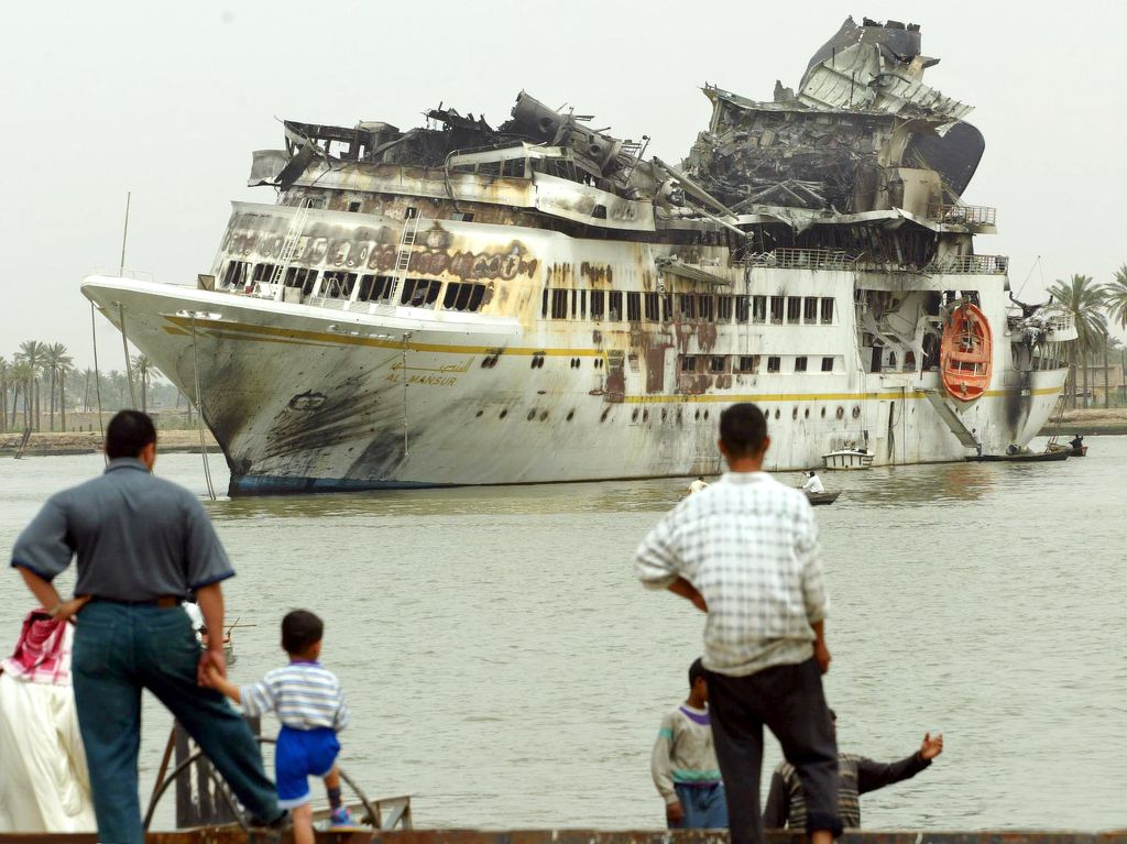 Al Mansur Basran satamassa 10. huhtikuuta 2003.