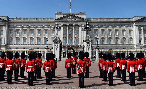 Brittiarmeijan sotilaita Buckinghamin palatsin edustalla. Sotilaat nähdään myös asevoimien juhlapäivän paraatissa. Kuvituskuva.