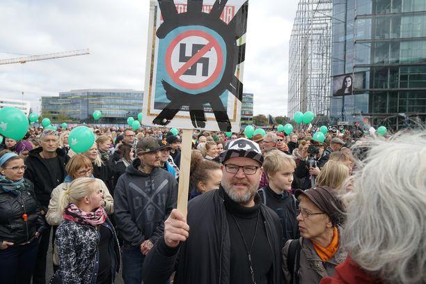 Peli poikki -mielenosoitus alkoi Kansalaistorilta.