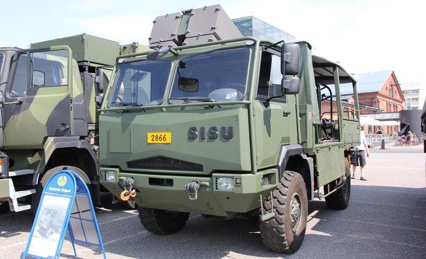 Kuvassa maastokuorma-auto Sisu A2045 HMTV, jota valmistettiin Puolustusvoimille 2010-luvun taitteessa.