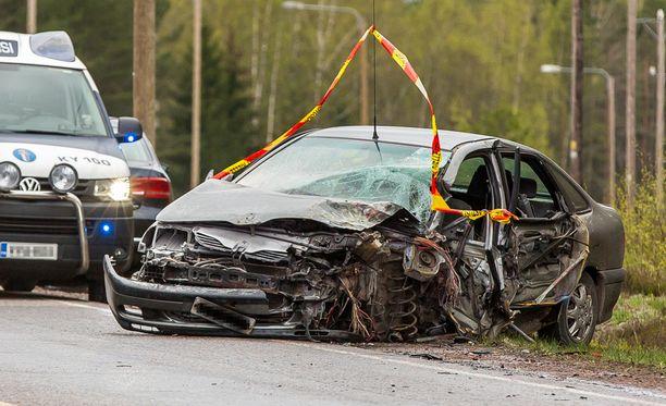Henkilöauton kuljettaja loukkaantui vakavasti ja pelastuslaitos joutui irrottamaan hänet autosta.