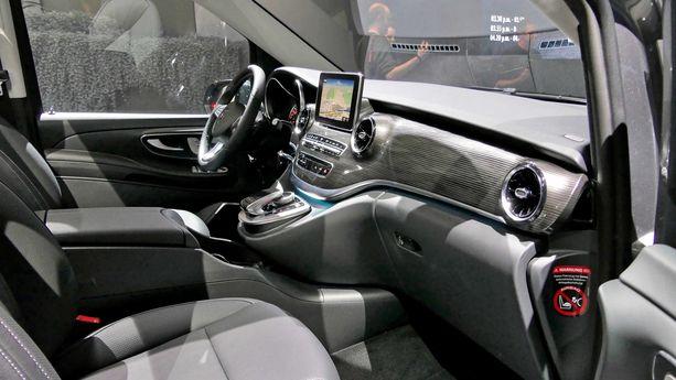 V-sarjaan on tuotu runsaasti varusteita S-sarjan autoista. Esimerkiksi kuljettajaa avustavat järjestelmät ovat samoja, joita merkin edistyksellisissä henkilöautoissa käytetään.
