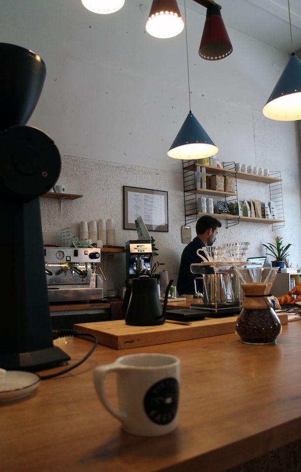 Kahvilayrittäjä Viktorin mukaan nimetyssä kahvilassa on vain kymmenisen asiakaspöytää.