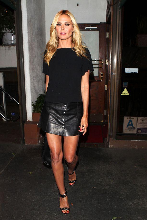 Heidi Klum näyttää, kuinka minihame voi näyttää elegantilta. Kokomusta asukokonaisuus on hillityn tyylikäs.