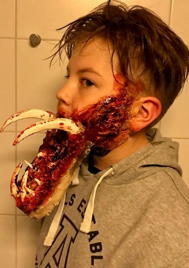 12-vuotiaan Eemeli Martikkalan zombie-maski lienee ollut koulun halloween-juhlan pelottavin. Äiti Terhi on halloweenista innostunut maskeerausharrastelija, joka valmisti maskin foliosta, ilmastointiteipistä ja liquid latex -massasta.