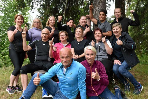 Raisiolaiset urheilu-ummikot ovat neljän kuukauden treenijakson aikana muuttuneet kuntoilijoiksi. Etualalla vetäjät Mika ja Annemari Kiekara.