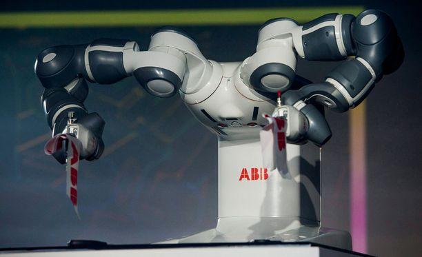 """ABB:n YuMi on maailman älykkäimpiä teollisuusrobotteja, joka oppii työntekoa ihmisiltä. Se on """"kutsuvieraana"""" Habitare-messuilla."""