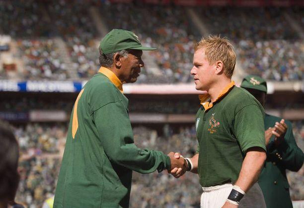 Mandelan ja Pienaarin työ muuttui myös elokuvaksi Invictus - voittamaton. Kuva elokuvasta, jossa Mandelana Morgan Freeman ja Pienaarina Matt Damon.
