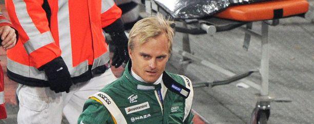Heikki Kovalainen näytti päällisin puolin vahingoitumattomalta kolarin jälkeen.