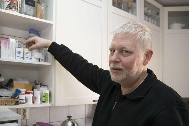 """- Kahvikupit siivottiin pois kaapista, että saatiin tilaa lääkkeille, Tommi Lensu vitsailee, ja naureskelee, että ruskeatukkaisesta miehestä on tullut lääkkeiden myötä """"blondi joulupukkiukko""""."""
