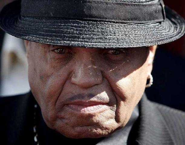 """Joe Jacksonin mielestä hänen poikansa kuolemaan liittyy """"huolestuttavia asioita""""."""