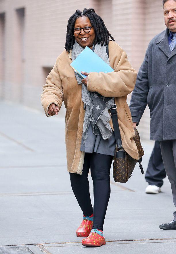 Näyttelijä Whoopi Goldberg jalassaan Crocsit aikaisemmin tänä keväänä New Yorkissa.