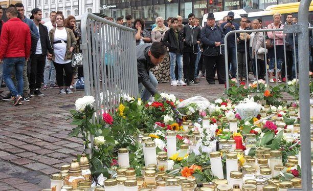 Viime elokuussa Turun Kauppatorille tuotiin kukkia ja kynttilöitä puukkoiskun uhrien muistoksi.