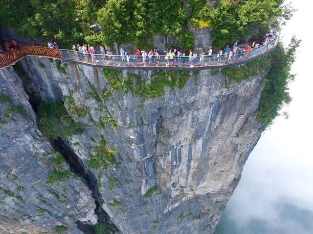 Tämä lasinen kävelysilta kulkee 1,5 kilometrin korkeudessa.