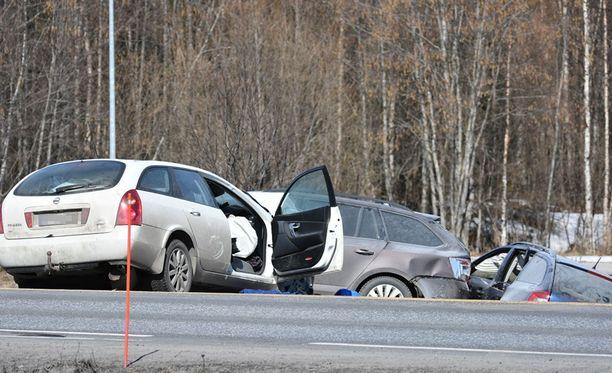 Oulunsalossa tapahtuneessa kolarissa loukkaantui kolme henkilöä.