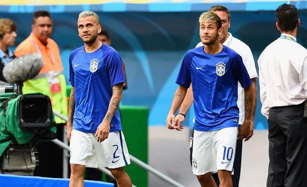 Neymar ja Dani Alves kävivät kisojen aikana parturissa.