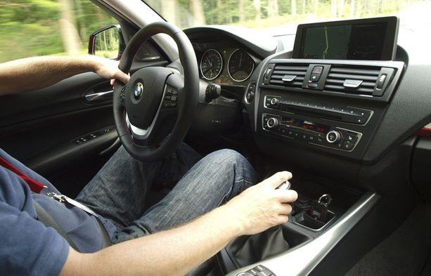 Tunnelma pikku-BMW:n ohjaamossa on tyköistuva ja räätälöity. Sisustuksen yksityiskohdat ovat huoliteltuja.