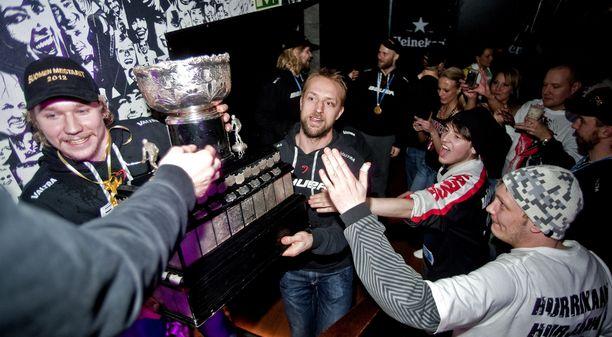 Arto Laatikainen kantoi Kanada-maljaa baarin lavalle JYPin mestaruuskeväänä 2012. Sami Vatanen oli apuna.