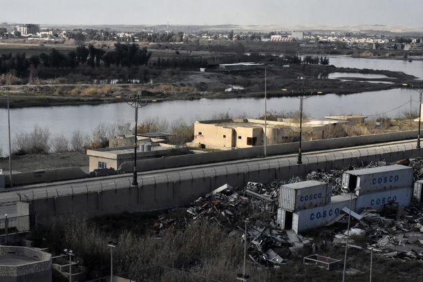 Rauniohotelli toimii yhtenä Irakin armeijan etulinjan tukikohdista. Parvekkeelta näkyy noin 300 metrin päässä oleva Länsi-Mosul, jossa Isis on vielä vallassa.