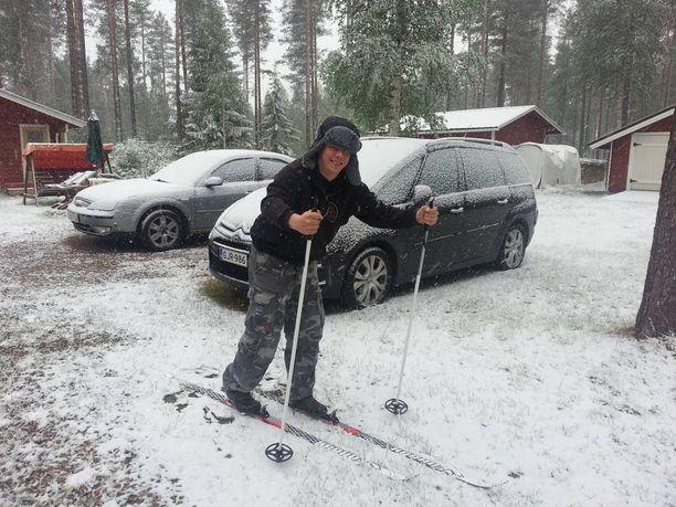"""Janne Kelloniemi päätti jatkaa terassilla auringonottoa, vaikka taivaalta tuli jotain muuta kuin auringonsäteitä. """"Eihän tässä tiedä, onko juhannus vai joulu, kun tammikuussakin oli kuusi astetta lämmintä ja tänään vain yksi"""", lumisateen yllättämä Kelloniemi ihmetteli juhannusviikolla 2014."""