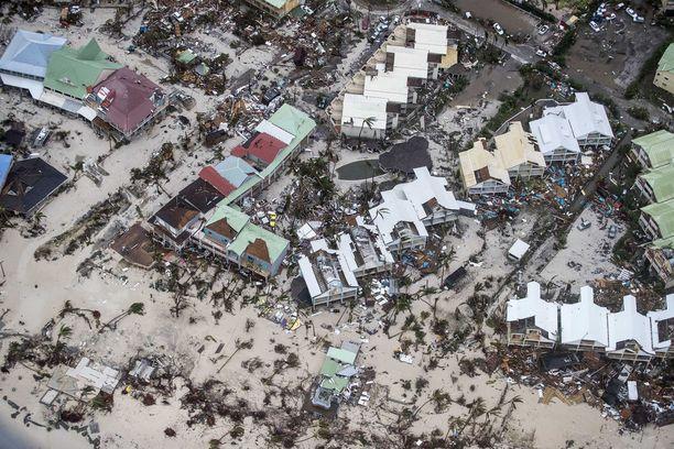 Irma niitti tuhoa Saint Martinin saarella torstaina. Viranomaiset ovat kertoneet, että saarella on Irman takia kuollut ainakin kuusi ihmistä.