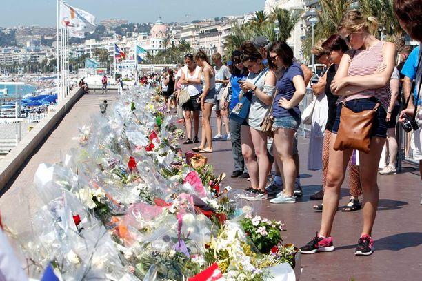 Promenade des Anglais on muuttunut kukkamereksi. 84 ihmisen elämä päättyi tänne.