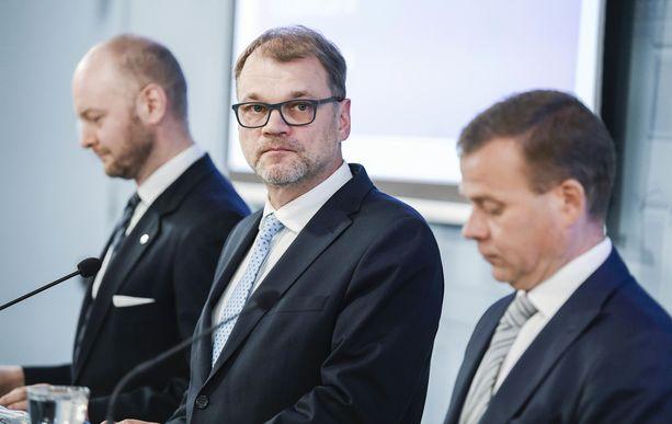 Pääministeri Juha Sipilän (kesk) tarjoamat joustot eivät ole ay-liikkeelle kelvanneet. Sipilän mukaan 20 hengen raja ei ole kiveen hakattu. Sipilä on sanonut myös, ettei irtisanotulle henkilölle tulla langettamaan karenssia sillä perusteella, että irtisanominen on itse aiheutettua.