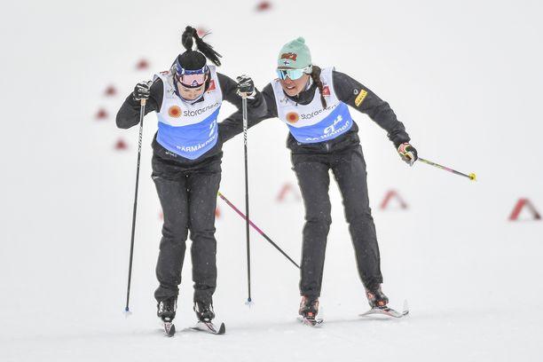 Krista Pärmäkoski (vas.) ja Kerttu Niskanen olivat samalla lennolla koronaan sairastuneen valmentajan kanssa.