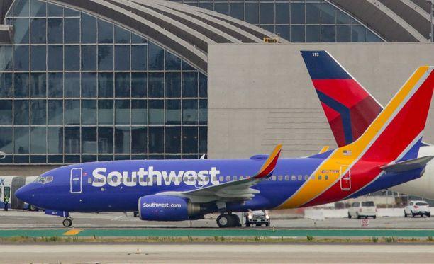 Nainen poistettiin väkivalloin Southwest Airlinesin koneesta. Kuvituskuva.