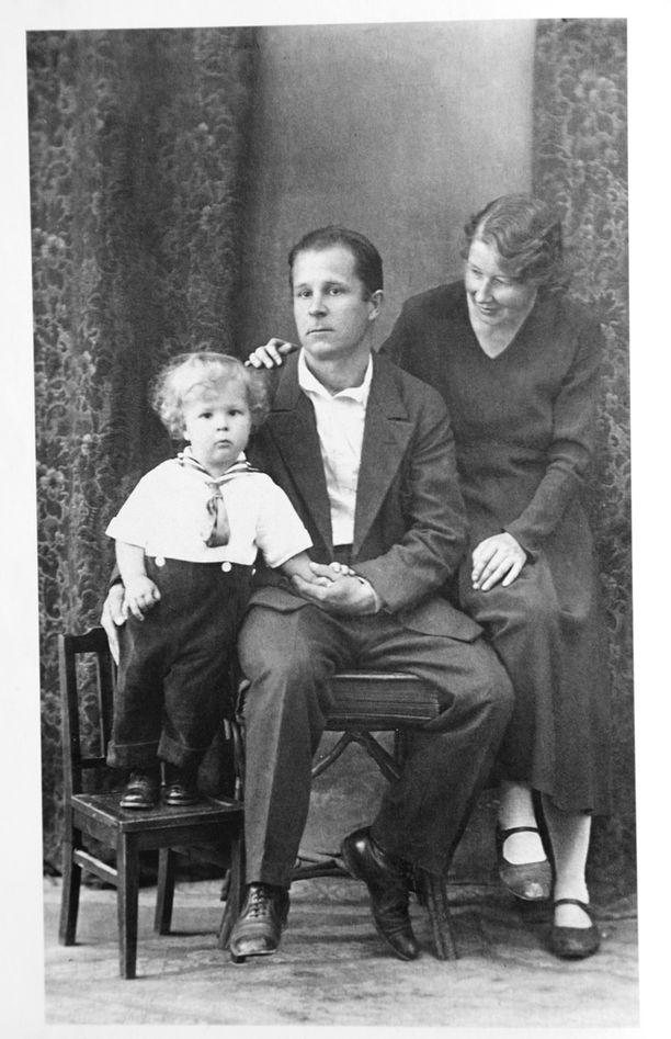 Yrjö ja Ellen avioituivat Petroskoissa vuonna 1931, Kimmo-poika syntyi vuonna 1933.