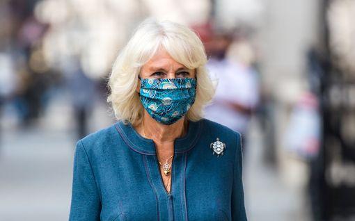 Herttuatar Camilla bongattiin kaupungilta: Näyttäytyi ensimmäisenä perheestään maski kasvoillaan