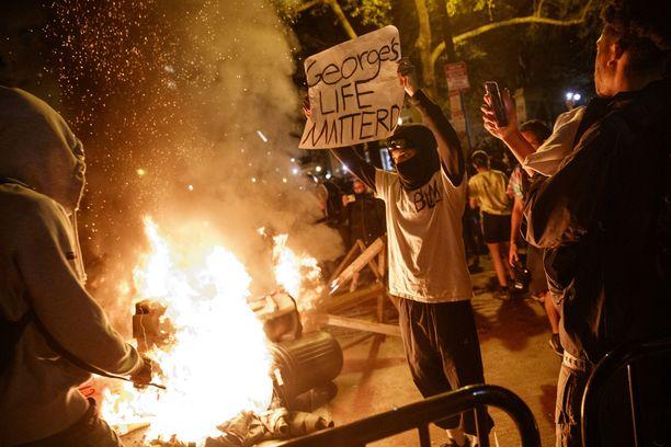 Sunnuntaina mielenosoitukset poliisin väkivaltaa vastaan Valkoisen talon edessä Washingtonissa äityivät rähinöinniksi.