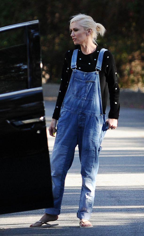 Jos Gwen Stefanilta kysytään, eivät haalarit ole koskaan muodista pois olleetkaan. Pilkullinen paita tuo leikkisyyttä arkiseen asuun. Jalassa Gwenillä on rennot flip-flopit.