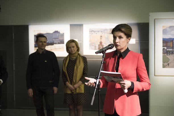 Ukrainan presidentin vaimo Marina Poroshenko avasi näyttelyn Helsingin Musiikkitalolla.