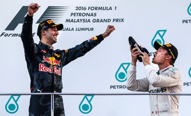 Skumppaa kengästä -temppu on Daniel Ricciardon bravuuri, jonka aussi toisti myös kaudenpäätösjuhlissa Nico Rosbergin kanssa. Kuva Malesian GP:n palkintojuhlista, joiden yhteydessä kengästä alkoholia ryystäneitä faneja pidätettiin.