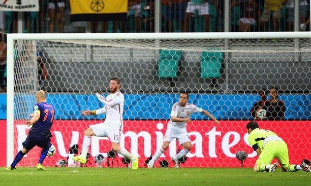 Robben rankaisee Espanjaa toistamiseen. Taululle kirjataan lukemat 5-1. Neljä vuotta sitten MM-loppuottelussa läpiajossa epäonnistunut Robben saa herkullisen revanssin Iker Casillaksesta ja Espanjasta.