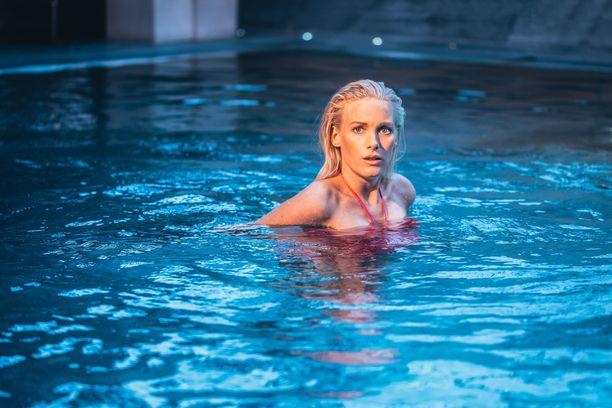 Laura Birnn roolihahmo muuttaa miehineen heti elokuvan alussa uuteen kotiin,