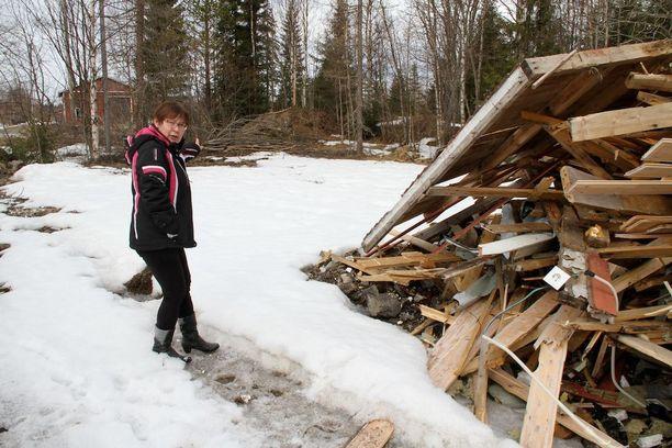 Irina Vattulainen löysi mökkinsä tilalta lautakasan.