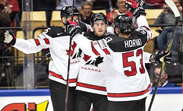 Kanadan Pierre-Luc Dubois (keskellä onniteltavana) on tehnyt Tanskassa kaksi maalia.