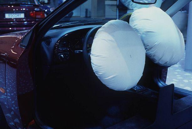 Kuumissa ilmasto-oloissa ammoniumnitraattia käyttävät turvatyynyt ovat räjähdelleet liian voimakkaasti ja lennättäneet metallinkappaleita ympäristöönsä. (KUVITUSKUVA).