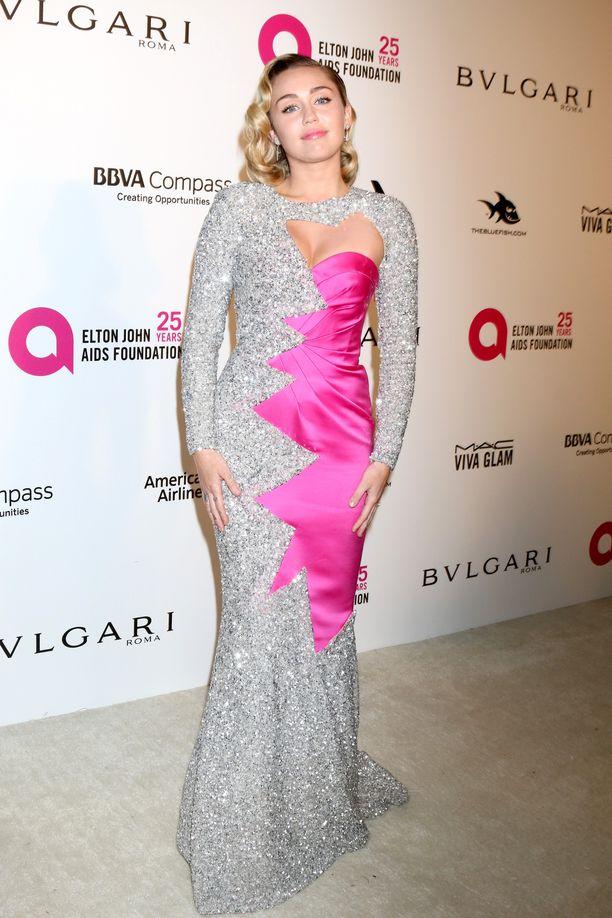 Tässä Moschinon puvussa on Mileylle tuttua kimallusta ja shokkiväriä - mutta tyylikkäästi.