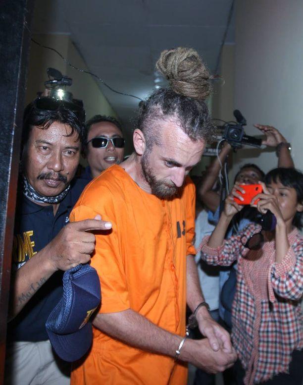 Indonesian poliisi kuljetti murhasta epäiltyä David Tayloria kuulusteluhuoneeseen Balilla tiistaina.