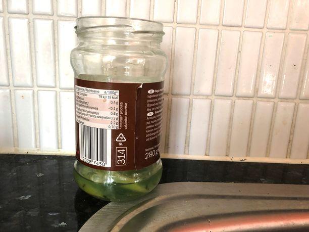 Elias teki seoksen lasipurkkiin ja laittoi mukaan limetin siivuja.