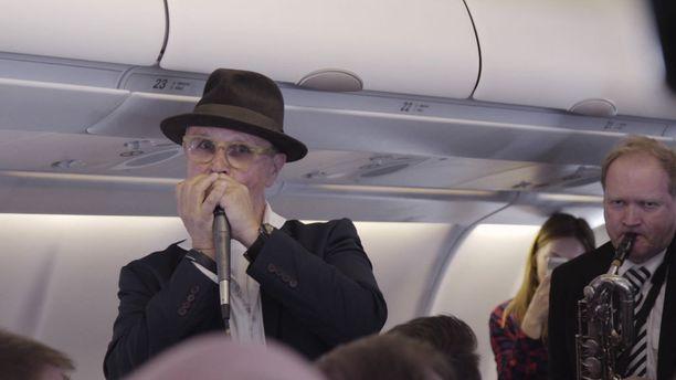 Laulaja Timo Kojo viihdytti lentokoneen matkustamoa Finnairin Chicagon avauslennolla lauantaina.