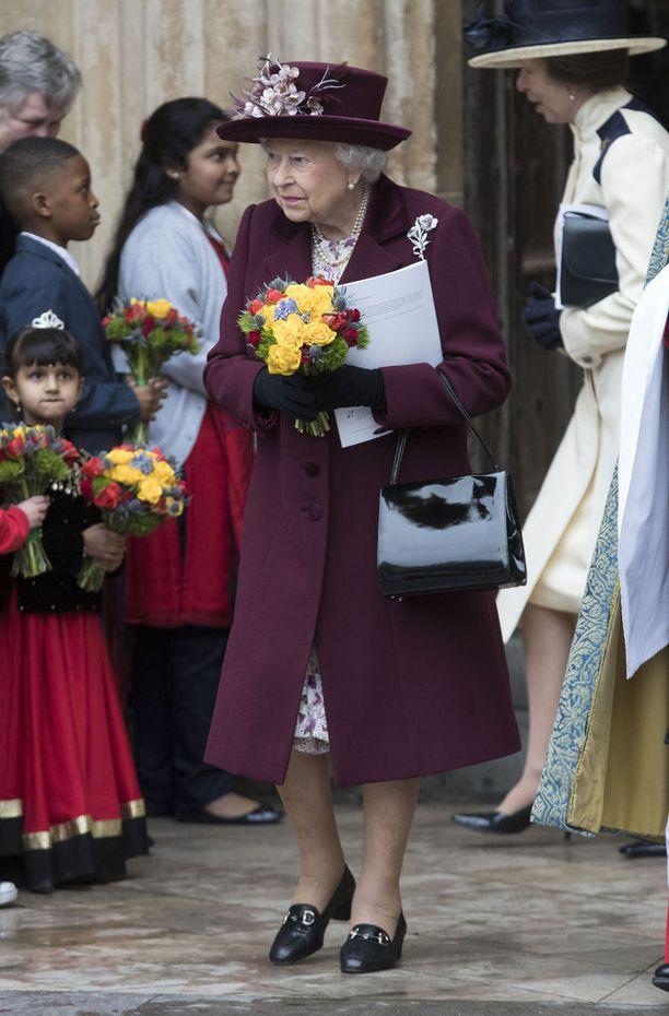 Kuningatar Elisabet saapui Westminster Abbeyn kirkkoseremoniaan perheenjäsentensä kanssa, mutta ilman viime vuonna edustustehtävistä eläkkeelle jäänyttä puolisoaan prinssi Philipiä.
